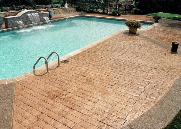 Tour de piscine en béton imprimé